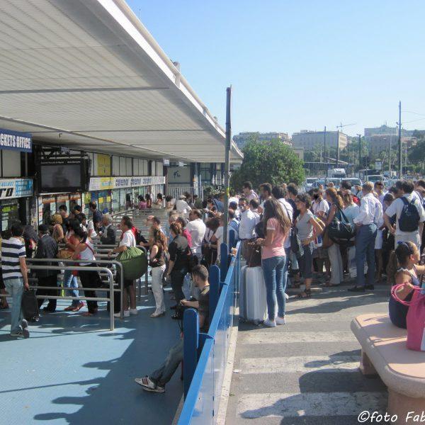 Molo Beverello, turisti trattati come bestie, la protesta dell'Abbac