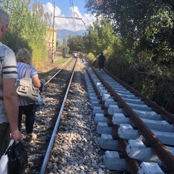 Pompei, treno circum in avaria e viaggiatori sui binari. Lo sdegno dell'Abbac e l'esortazione ad un piano straordinario su mobilità regionale