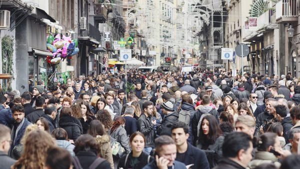 Capodanno in Campania, prenotazioni al last minute.  Le previsioni Otei/Abbac. Si va verso il tutto esaurito in molte località. Più italiani ma incidono trasporti, meteo e costi
