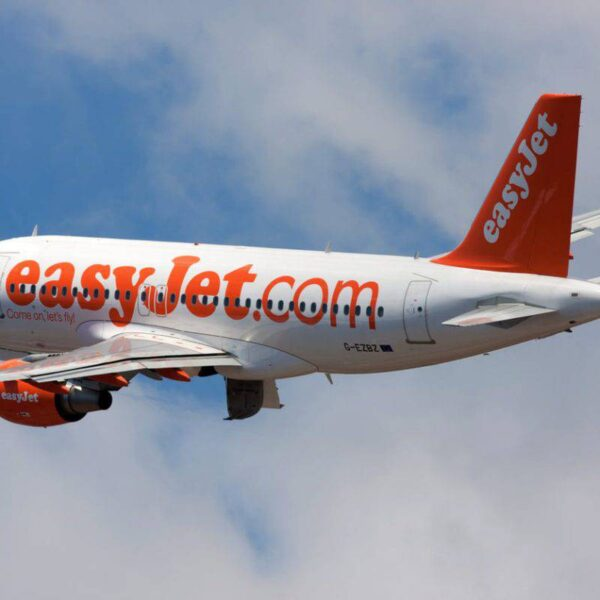 Voli aerei, EasyJet sospenderà le basi di Venezia e Napoli. E' battaglia di prezzi tra le low coast